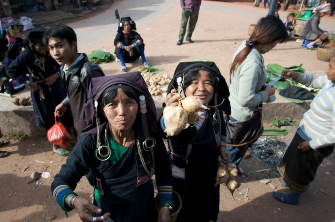 Women selling goods along the road from Udomxai to Phongsali
